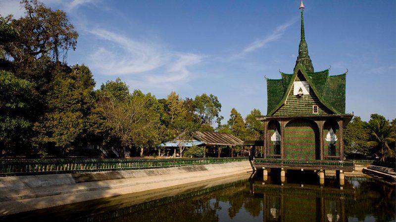 Tempio bottiglie thailandia