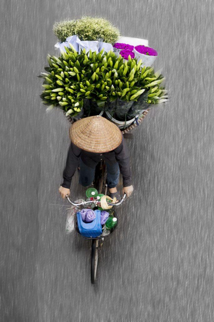 i-spend-days-on-bridges-to-take-images-of-roaming-vendors-5804740c0dede__880