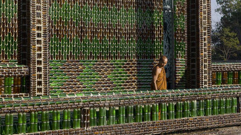 Pareti Con Bottiglie Di Vetro : Il tempio thailandese costruito con le bottiglie di vetro dei turisti